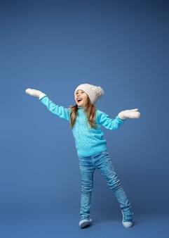 Bambina felice con cappello e guanti