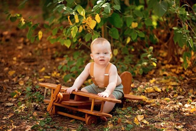 Felice ragazzino neonato vola su un aeroplano in estate all'aperto