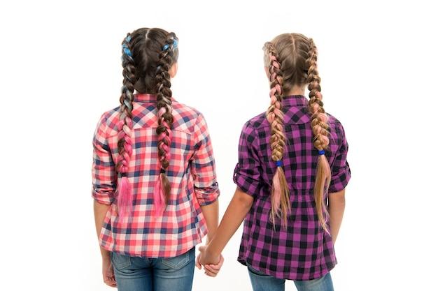 Sorelline felici. moda di bellezza. moda per bambini piccoli. felicità dell'infanzia. amicizia e sorellanza. giorno dei bambini. di nuovo a scuola. bambine con capelli perfetti. il mio futuro è nelle mie mani.