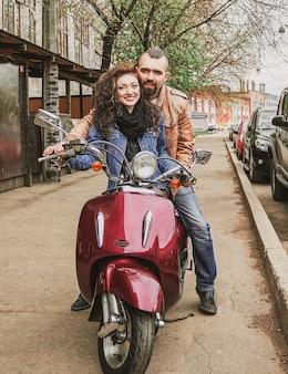 Felice coppia di innamorati guidando per strada. storia d'amore