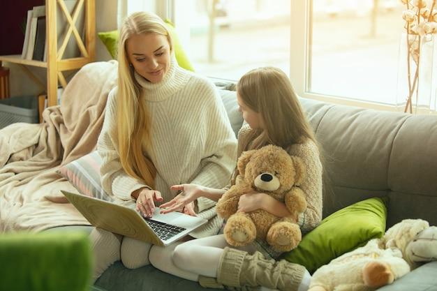 Felice famiglia amorevole, madre e figlia che trascorrono del tempo insieme a casa