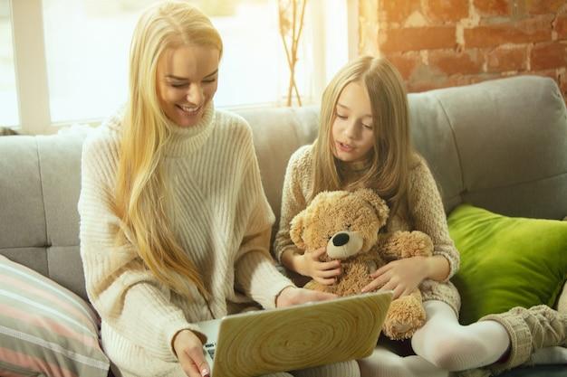 Felice amorevole madre e figlia di famiglia che trascorrono del tempo insieme a casa