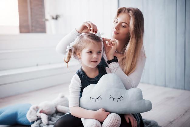Felice famiglia amorevole. madre e figlia figlia bambina giocando e abbracciando