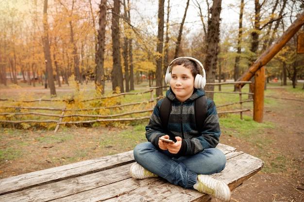 Felice maschio eccitato dal campeggio nel parco godendosi l'avventura nella natura