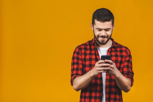 Uomo felice in sms di battitura a macchina casuale.