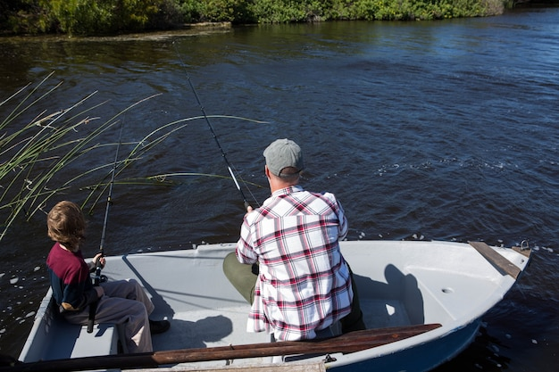 Uomo felice che pesca con suo figlio