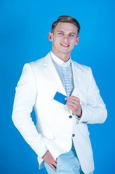 Uomo felice che tiene in mano una carta da lavoro o una banca