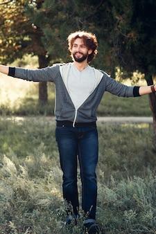 Uomo felice che abbraccia il mondo, foto a figura intera.