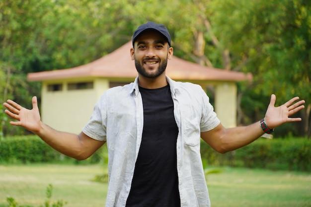 Un'immagine di un uomo felice vicino a casa sua