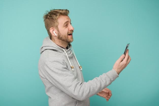 Uomo felice che ascolta musica apple airpods wireless