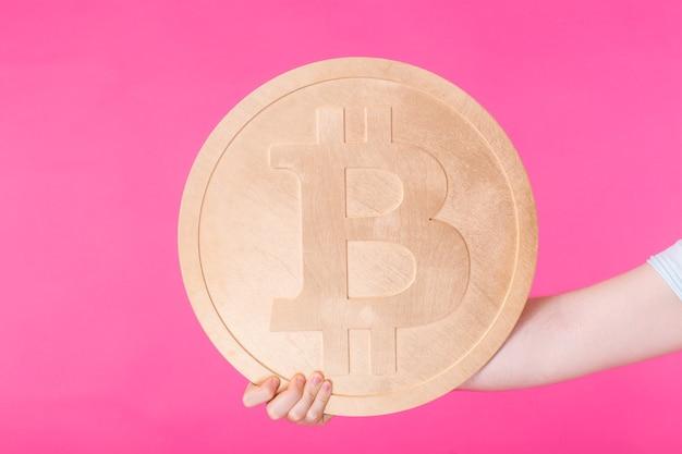L'uomo felice gioca con bitcoin e scherza