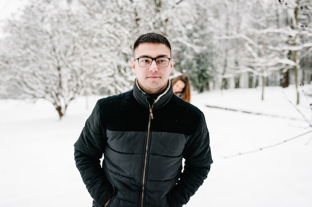 Ritratto di uomo felice a piedi a winter park, il concetto di una vacanza invernale.