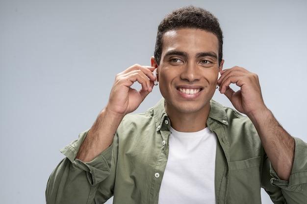 Uomo felice che si prepara per ascoltare la sua musica preferita