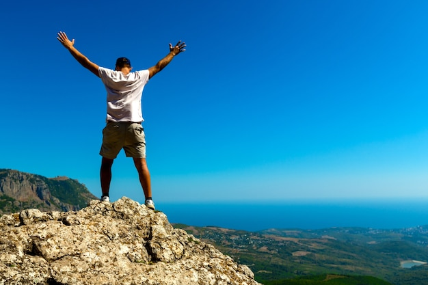 Happy man ha raggiunto la cima della montagna