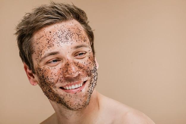 Uomo felice che si strofina la faccia