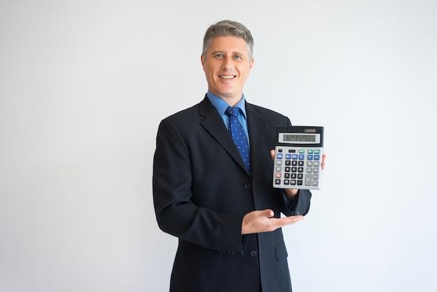 Uomo felice che mostra il tasso percentuale sul calcolatore