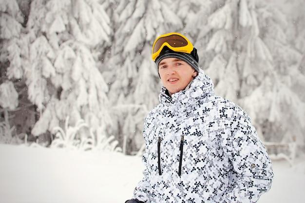 Uomo felice in occhiali da sci stare in montagne dei carpazi