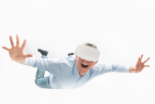 L'uomo felice in occhiali per realtà virtuale si libra o vola. concetto di giochi vr.