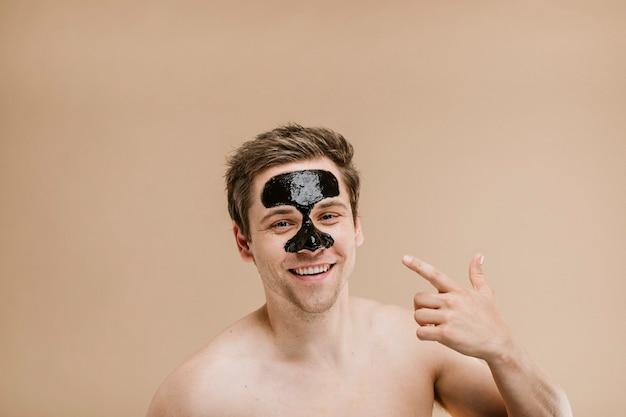 Uomo felice che indossa una maschera per il naso