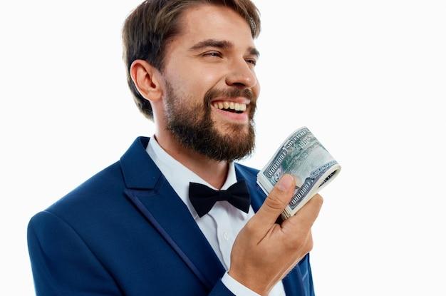 Uomo felice con pacco di soldi e in abito classico su sfondo bianco vista ritagliata