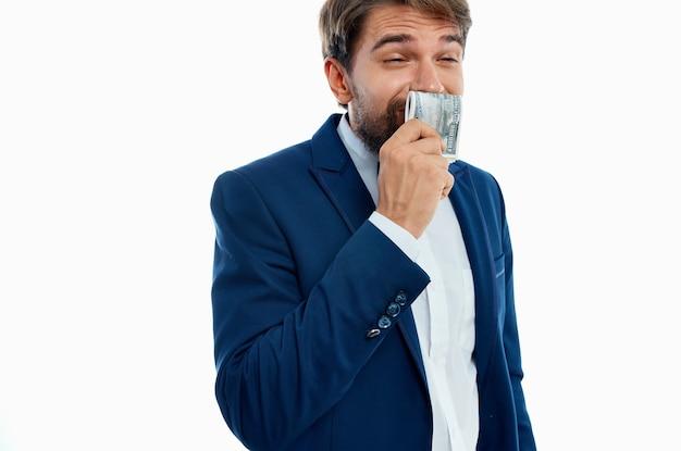 Uomo felice con pacco di soldi e in abito classico sulla vista ritagliata muro bianco.