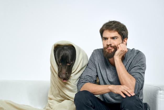 Uomo felice con cane e animale domestico di amici sciarpa divertente tessuto leggero.