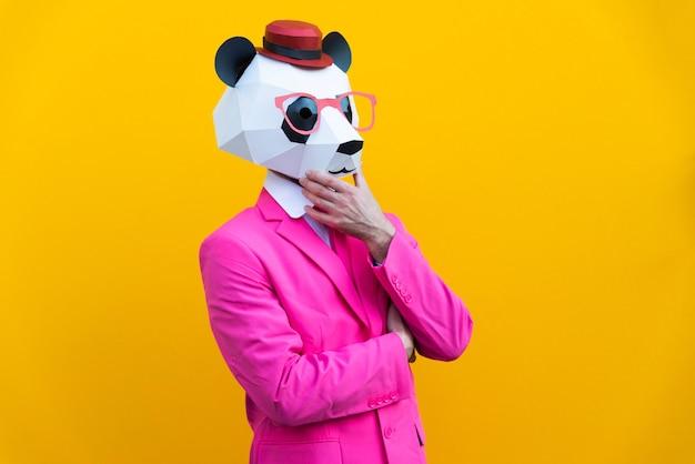 Uomo felice con maschera divertente low poly su sfondo colorato