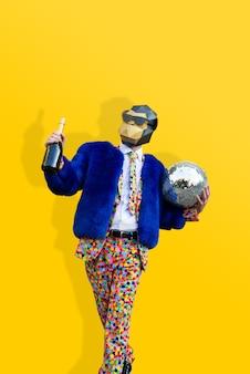 Uomo felice con divertente maschera low poly scimmia e abito colorato