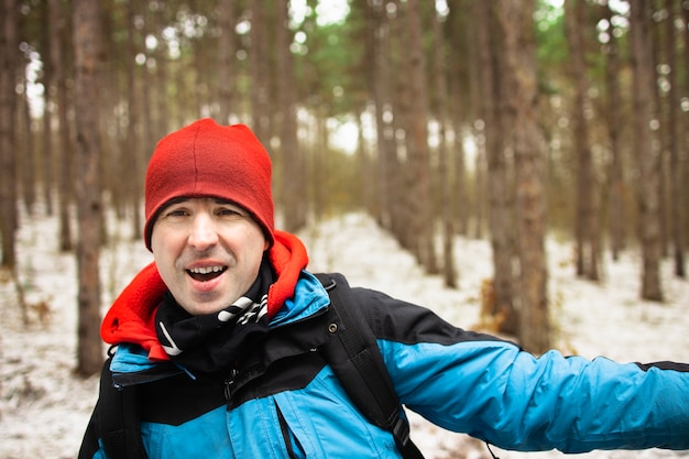 Uomo felice con abbigliamento outdoor