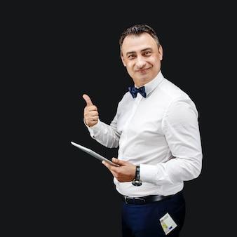 Uomo felice con tablet e pollice in su. soldi che spuntavano dalla sua tasca