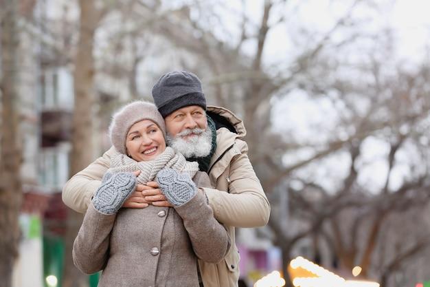 Felice coppia matura all'aperto sulla giornata invernale