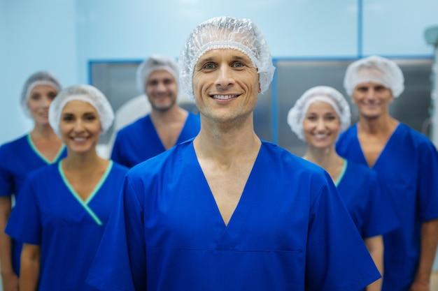 Felice team medico nelle loro uniformi
