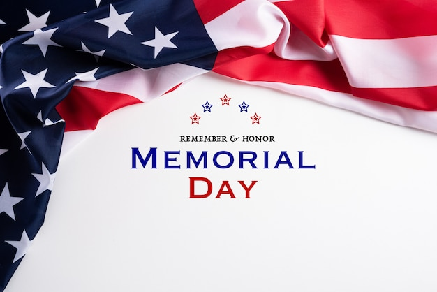 Buon memorial day. bandiere americane con il testo ricorda & onore sfondo
