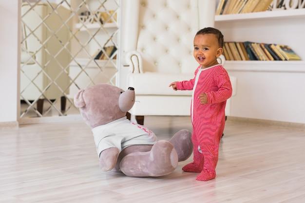 Happy mixed race toddler baby boy al chiuso