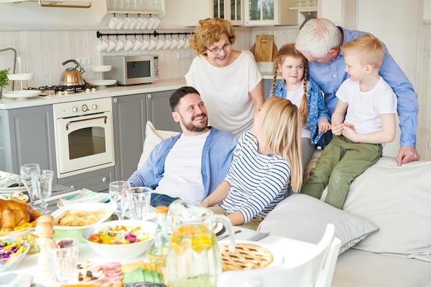 Felice famiglia moderna a casa