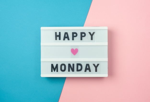 Testo di happy monday sul display lightbox