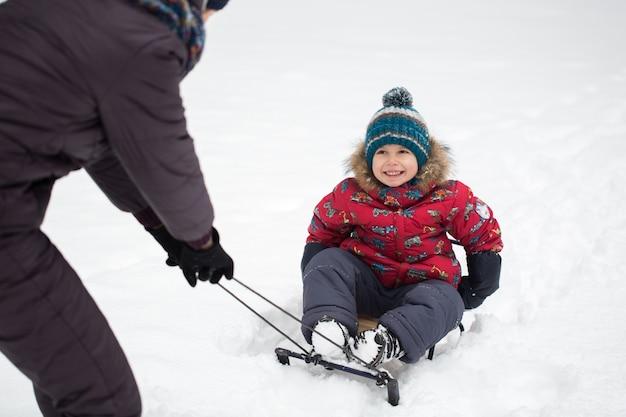 Felice madre e bambino a winter park