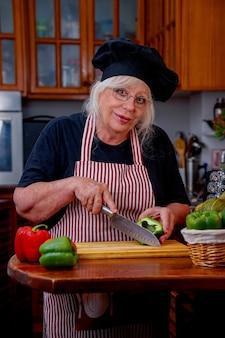 Madre felice che cucina in cucina a casa
