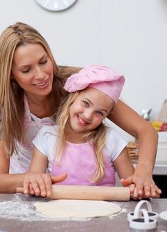 Felice madre e figlia cottura in cucina