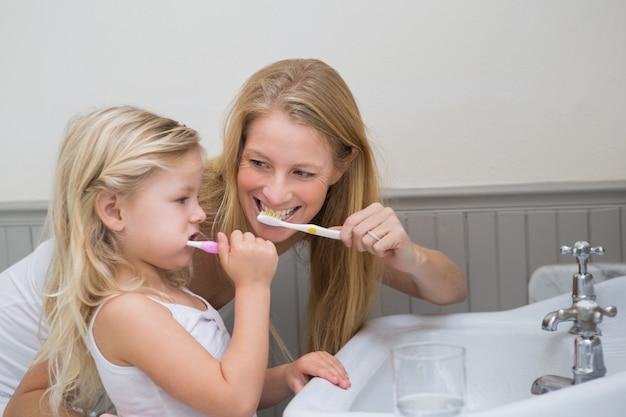 Felice madre e figlia, lavarsi i denti