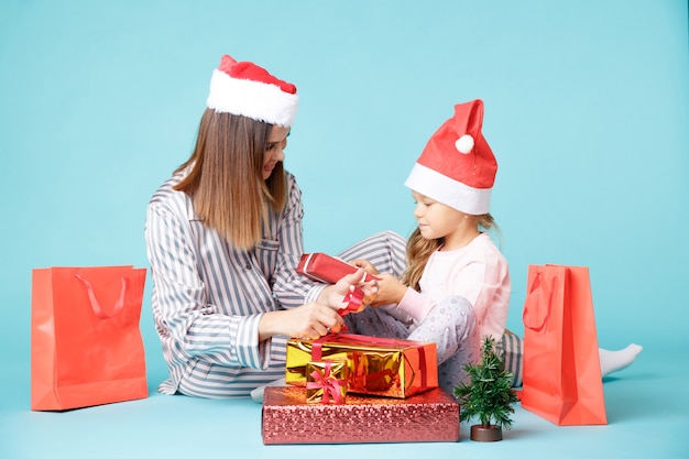 Felice madre e figlia con regali. bella famiglia nel concetto di nuovo anno.