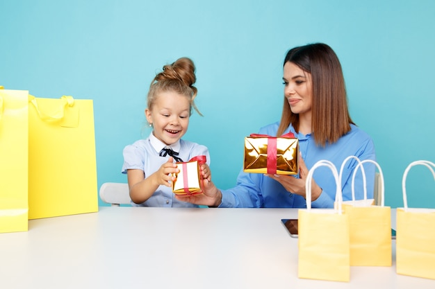Felice madre e figlia con regali