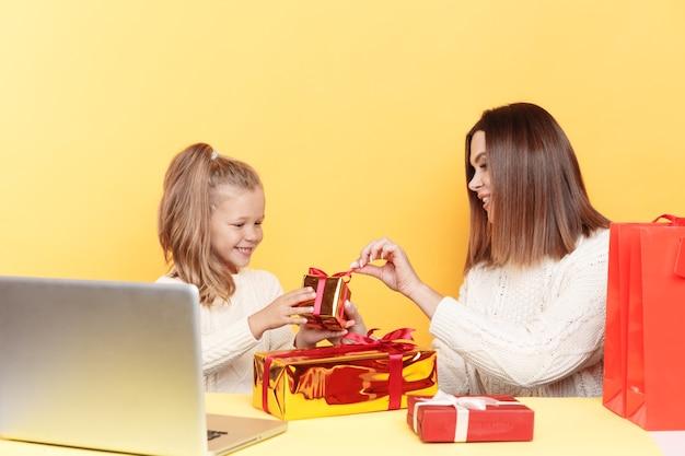 Felice madre e figlia con regali di natale
