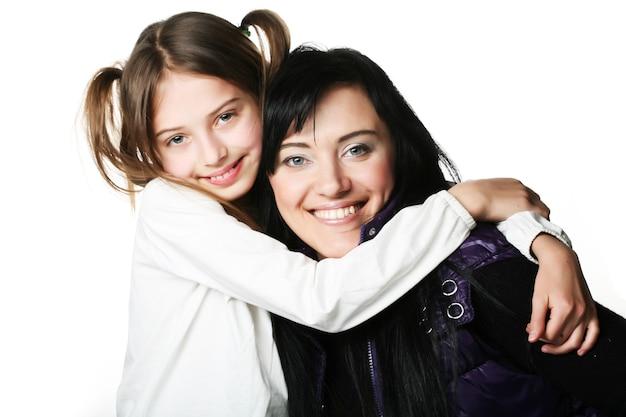 Felice madre e sua figlia su sfondo bianco