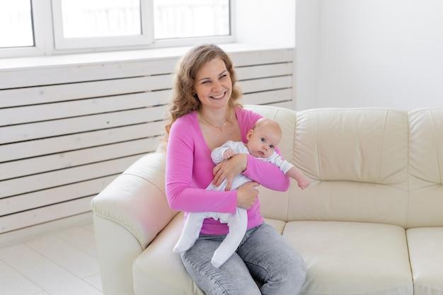 Madre felice che tiene il suo bambino