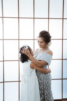 Madre felice che abbraccia sua figlia