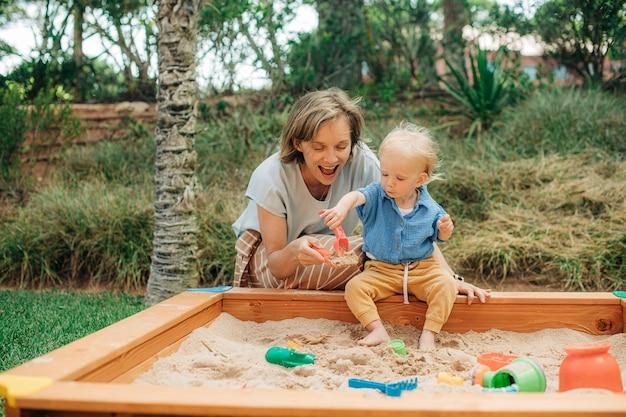 Madre felice che gioca con la sua piccola figlia