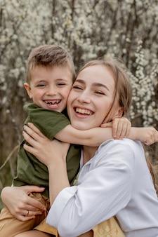 Felice madre e figlio divertirsi insieme. la madre abbraccia delicatamente suo figlio.