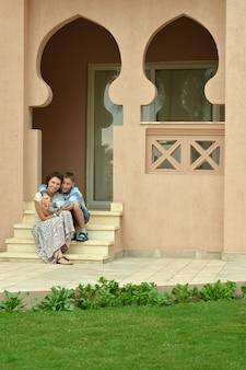 Felice madre e figlio in località di villeggiatura vicino all'hotel
