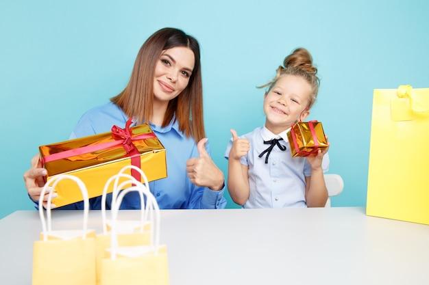 Madre felice con la piccola figlia con i regali